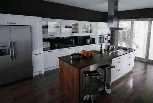 un lot central blanc tiroirs avec coin repas intgr dans la cuisine moderne