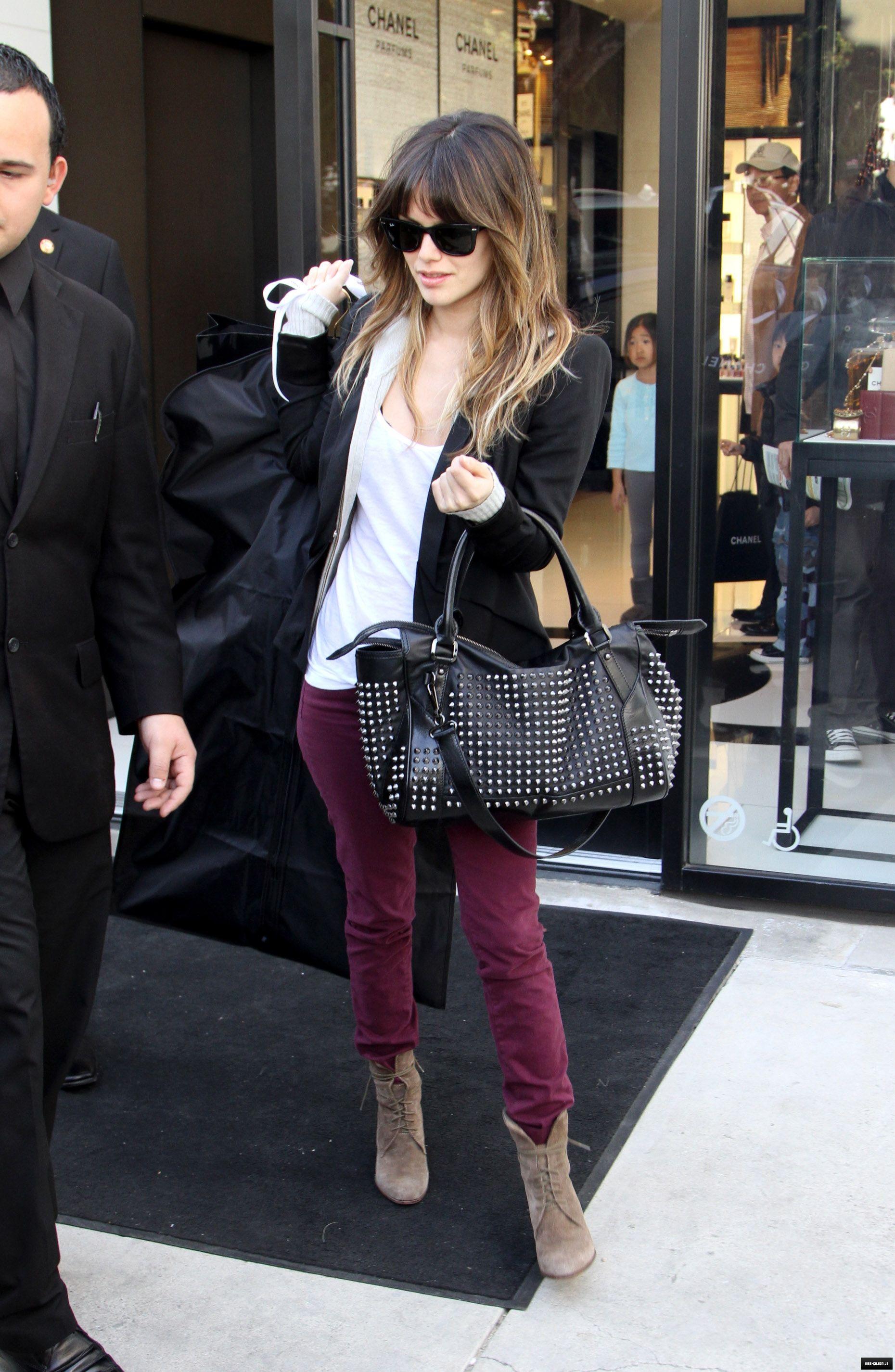 pantalones violeta, remera blanca, saco negro, botinetas vison