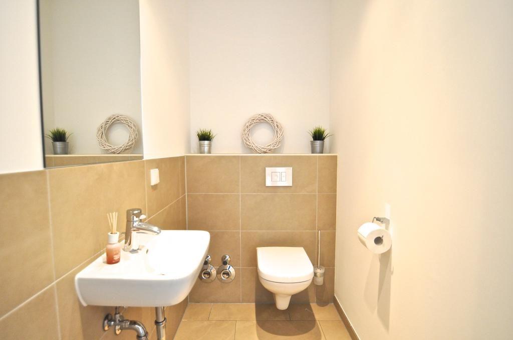 Schon Eingerichtete Gastetoilette In Bremen Hellbraune Fliesen Und Warme Wandfarbe Wohnung In Bremen Badezimmer Woh Badezimmer Schone Badezimmer Wohnung