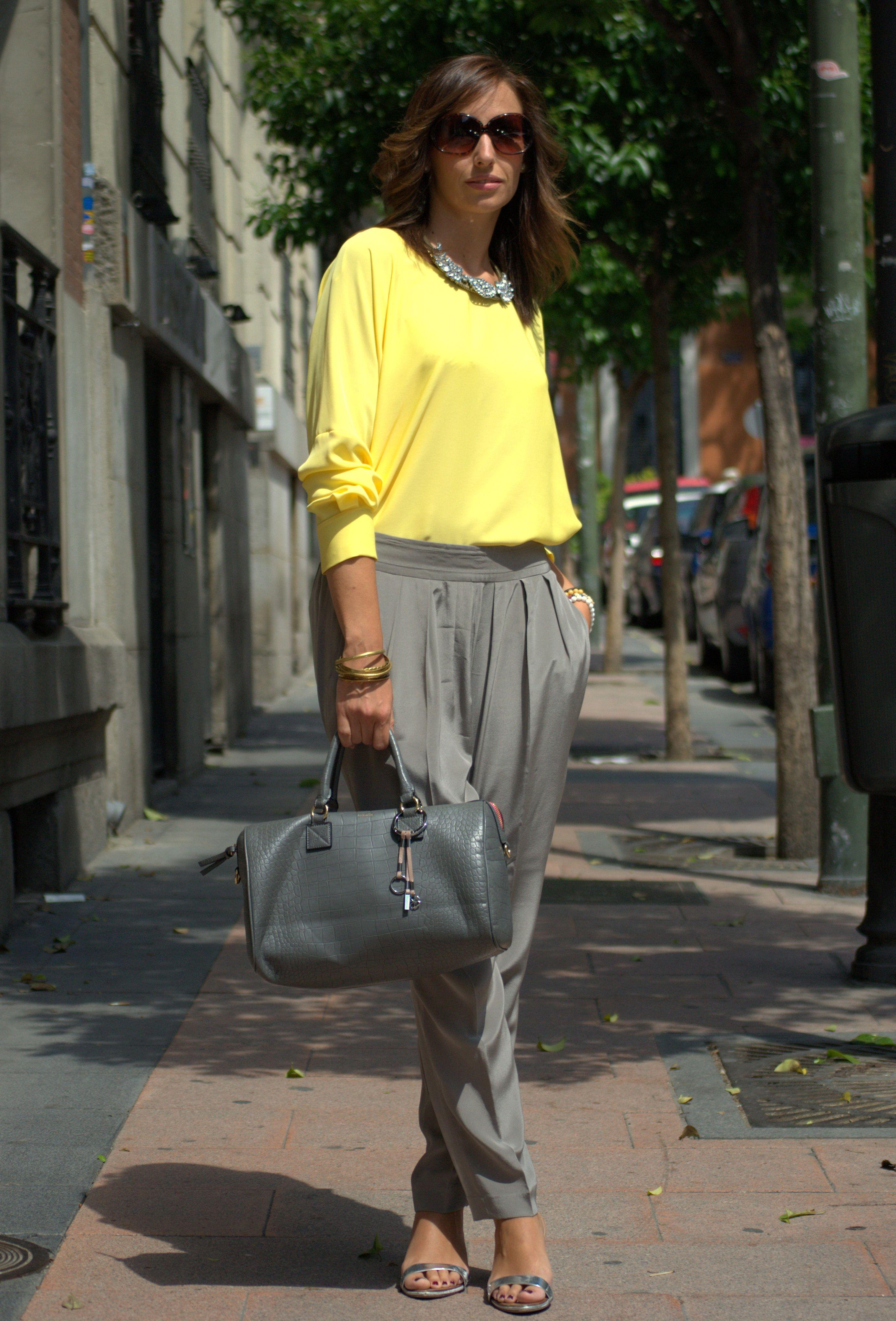 Blusa amarilla+Pantalón gris bysilviarodriguez