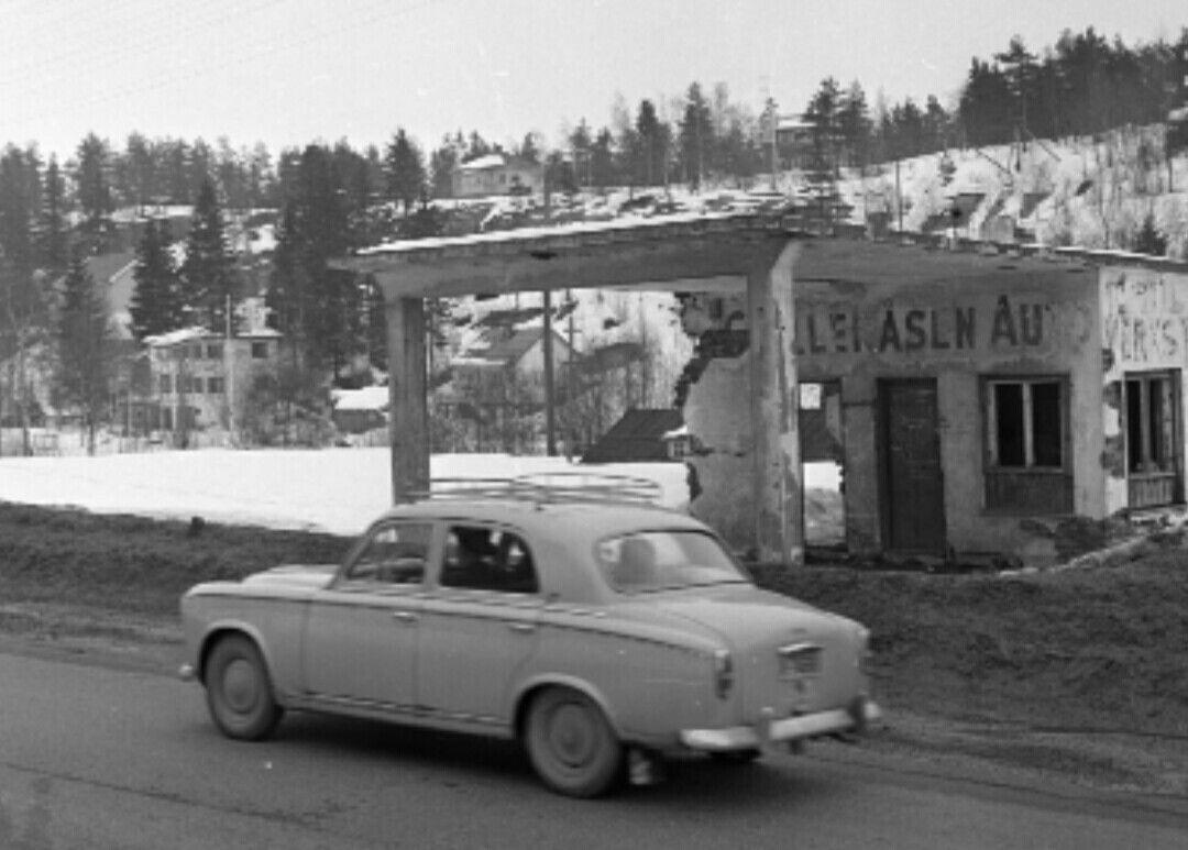 Akershus fylke Nittedal kommune Riksvei 4 ved Gjelleråsen 1962. Veien skal ombygges og bensinstasjonen må rives.