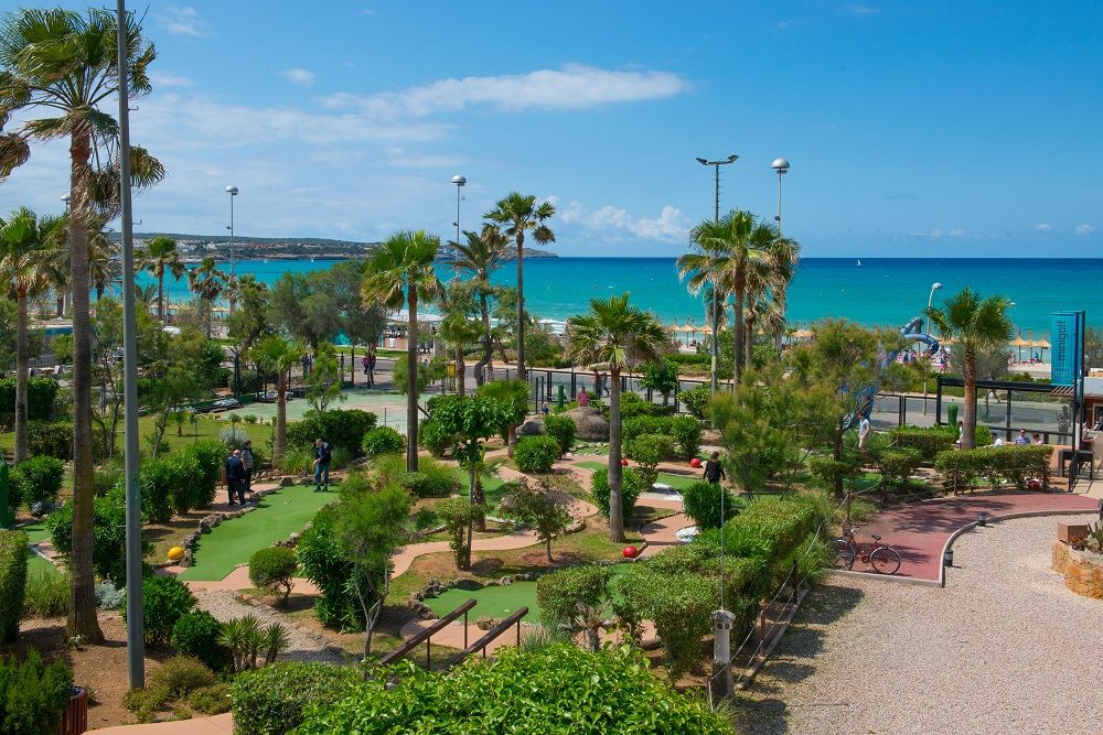 #minigolf #playadepalma #pabisabeachclub Want to play minigolf in Majorca? If you are looking to have a great time with your friends or family, we have the perfect place for you at our Pabisa Beach Club minigolf in Playa de Palma, the biggest and the best! Play at any time during the day or in the evening as it is fully illuminated. All the courses have been updated with brand new, high quality grass that everyone will appreciate.