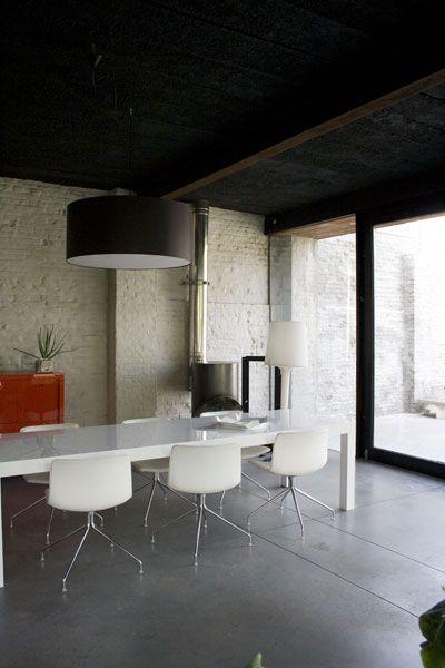 mur en briques peint la chaux sol b ton table blanche suspension noire d coration. Black Bedroom Furniture Sets. Home Design Ideas