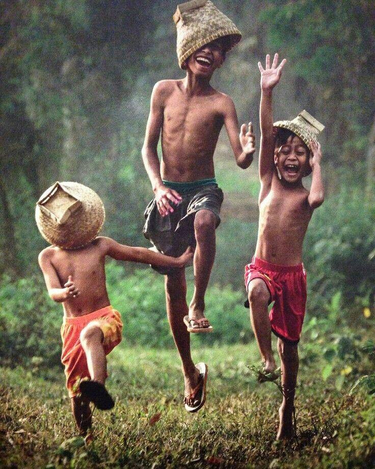 القناعه الرضا البراءة وتبقي السعادة سر من اسرار الحياة ومهما بحثنا عنها لن نجدها لانها لا تباع ولا تورث ول Beautiful Children Children Happy People