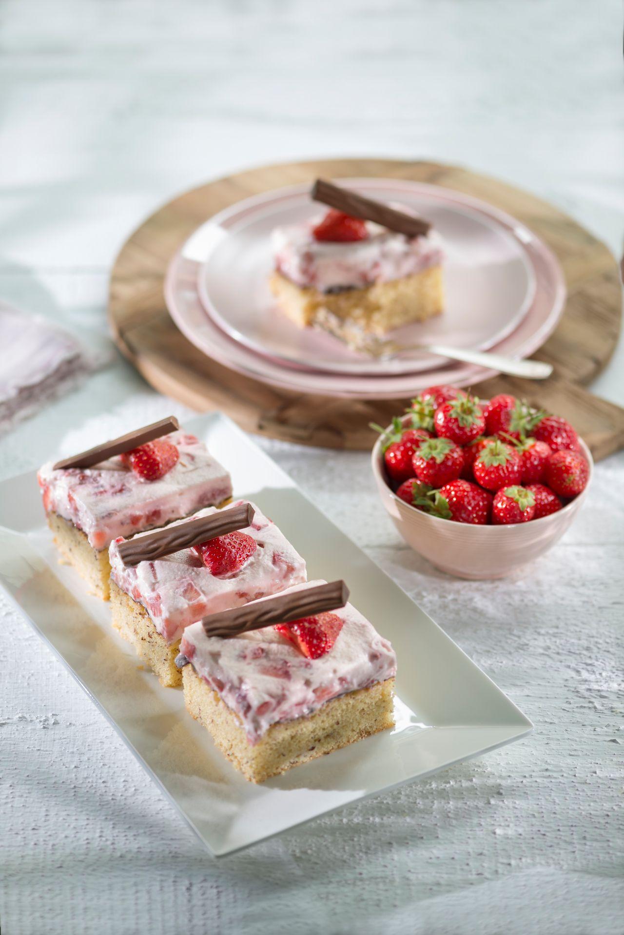 erdbeerbiskuitschnitten przepis wypieki biskuit blechkuchen i erdbeeren. Black Bedroom Furniture Sets. Home Design Ideas
