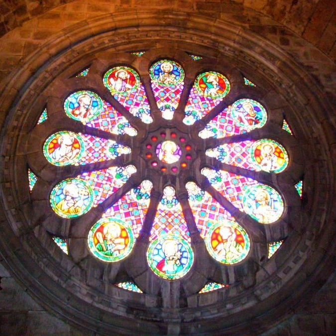 MUST SEE : #Lisbon's oldest building, dating back to the 12th Century - Sé de Lisboa. Luckily, this rose window was pieced back together after the earthquake of 1755