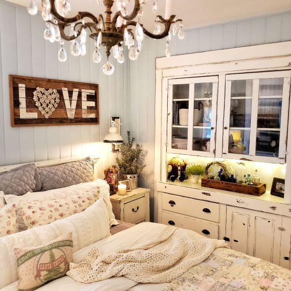 Cottage Christmas in July - Shiplap and Shells Cottage Christmas decorating inspiration during the holidays. #christmasdecor #holidayhometour #holidaydecorating #cottagebedroom #christmasdecoratingideas #cottagestyle