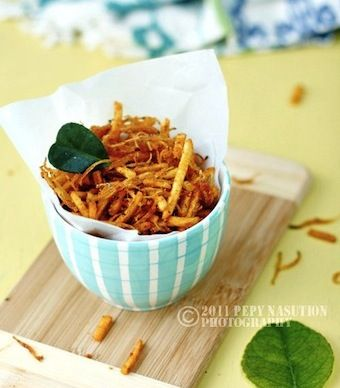 Indonesian potato chips recipe with kaffir lime leaves by @Stephanie Wang   Indonesia Eats