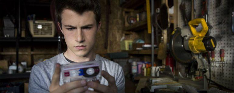 Na série produzida por Selena Gomez, algumas fitas cassetes revelam o mundo sombrio por trás da vida adolescente.