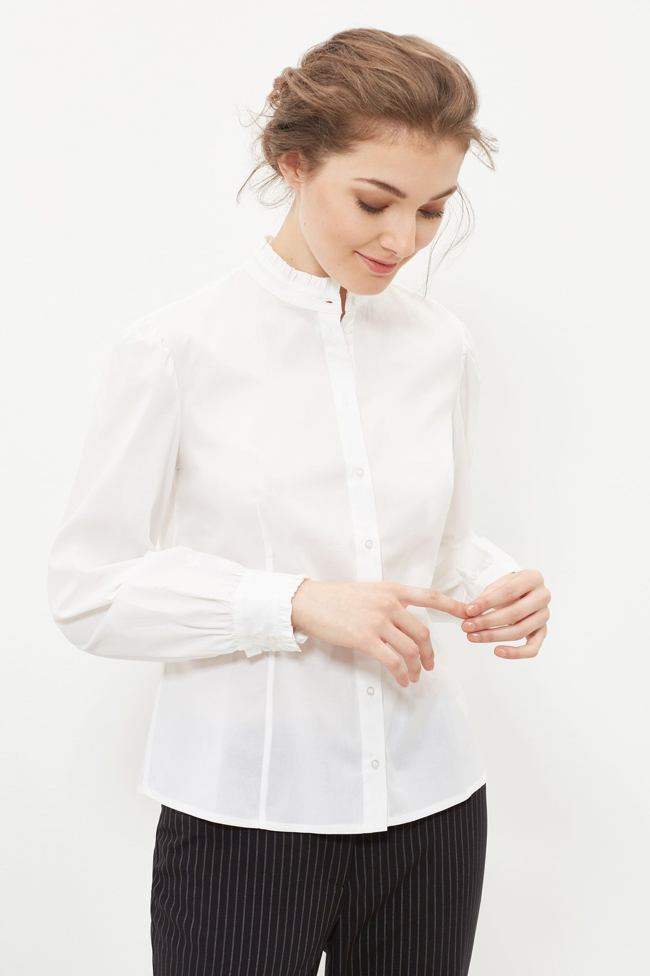 30€,antes 50€ Camisa de popelín entallada. Cuello perkins. Cierre con botones. Detalle de volantes en cuello y puños. | Blusas | Cortefiel