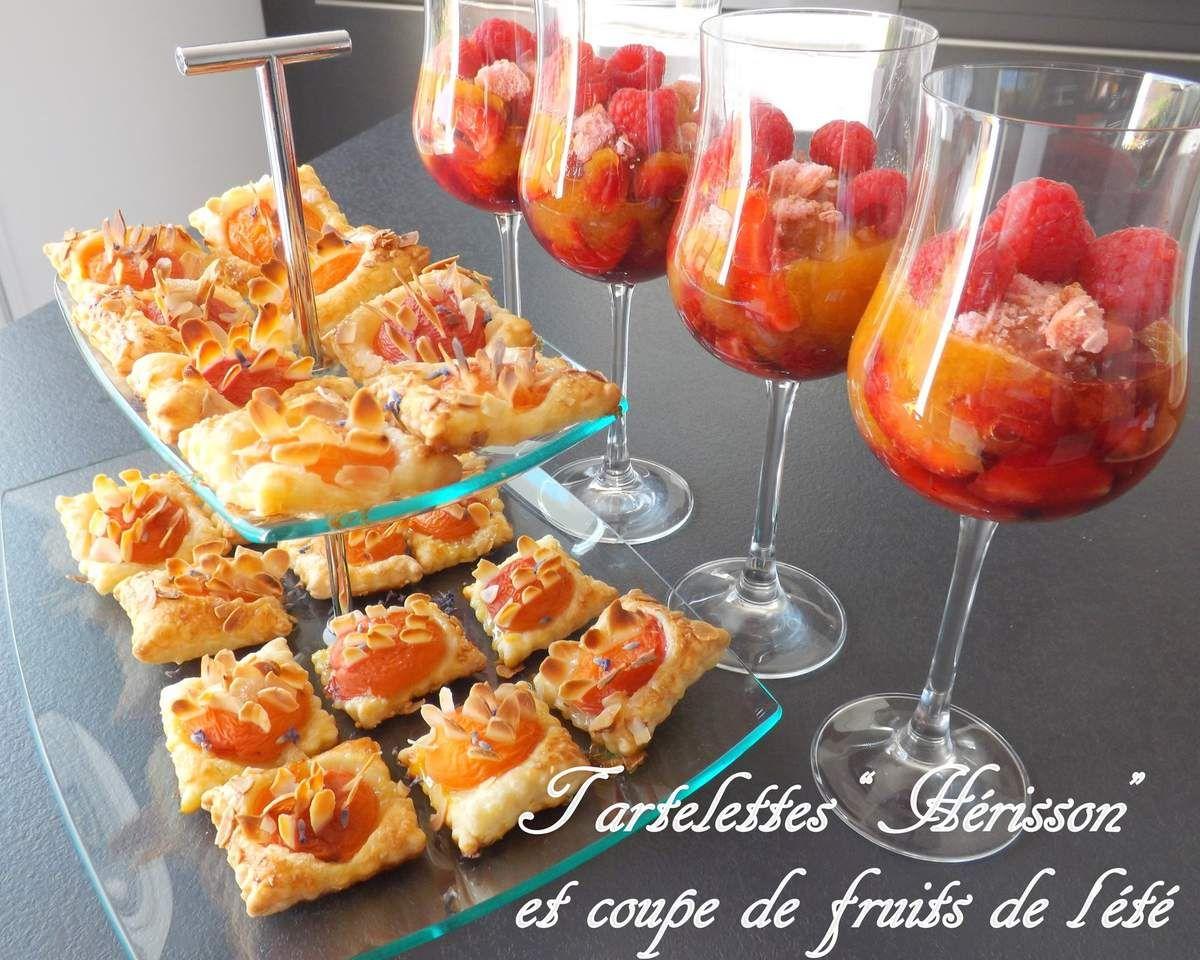"""Pour un dîner avec des amis, j'ai préparé ce duo de gourmandises : Une """"coupette"""" garnie de fraises au sirop, compote d'abricots, framboises et brisures de biscuits roses et, ces jolies tartelettes """"Hérisson"""" vues chez Petit bec gourmand, elles sont aussi..."""