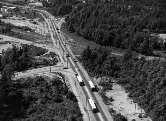 Itäväylä vuonna 1966. Vasemmalle lähtevät tiet ovat Roihuvuorentie ja Sahaajankatu. (Kuva Hgin kaupunginmuseo, Studio B. Möller).