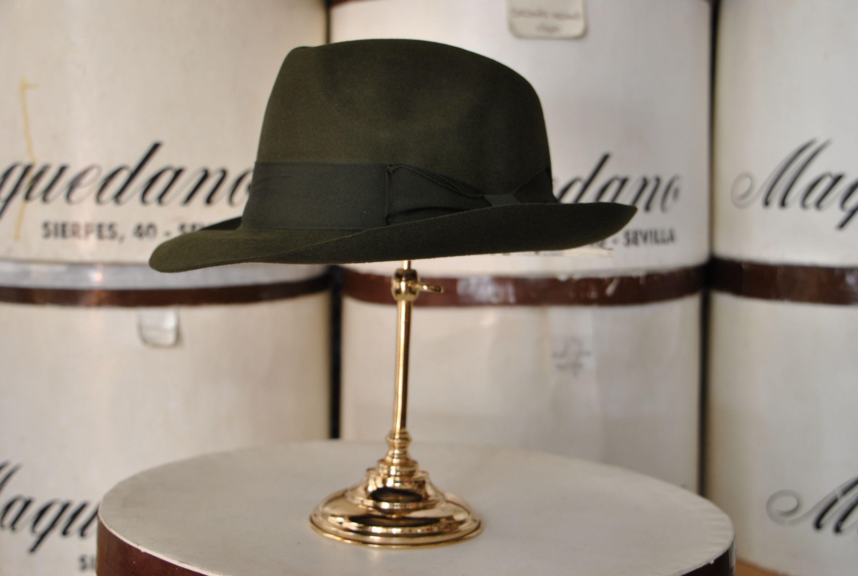 Mascota de fieltro, color bronce. Felt trilby hat, bronze colour.