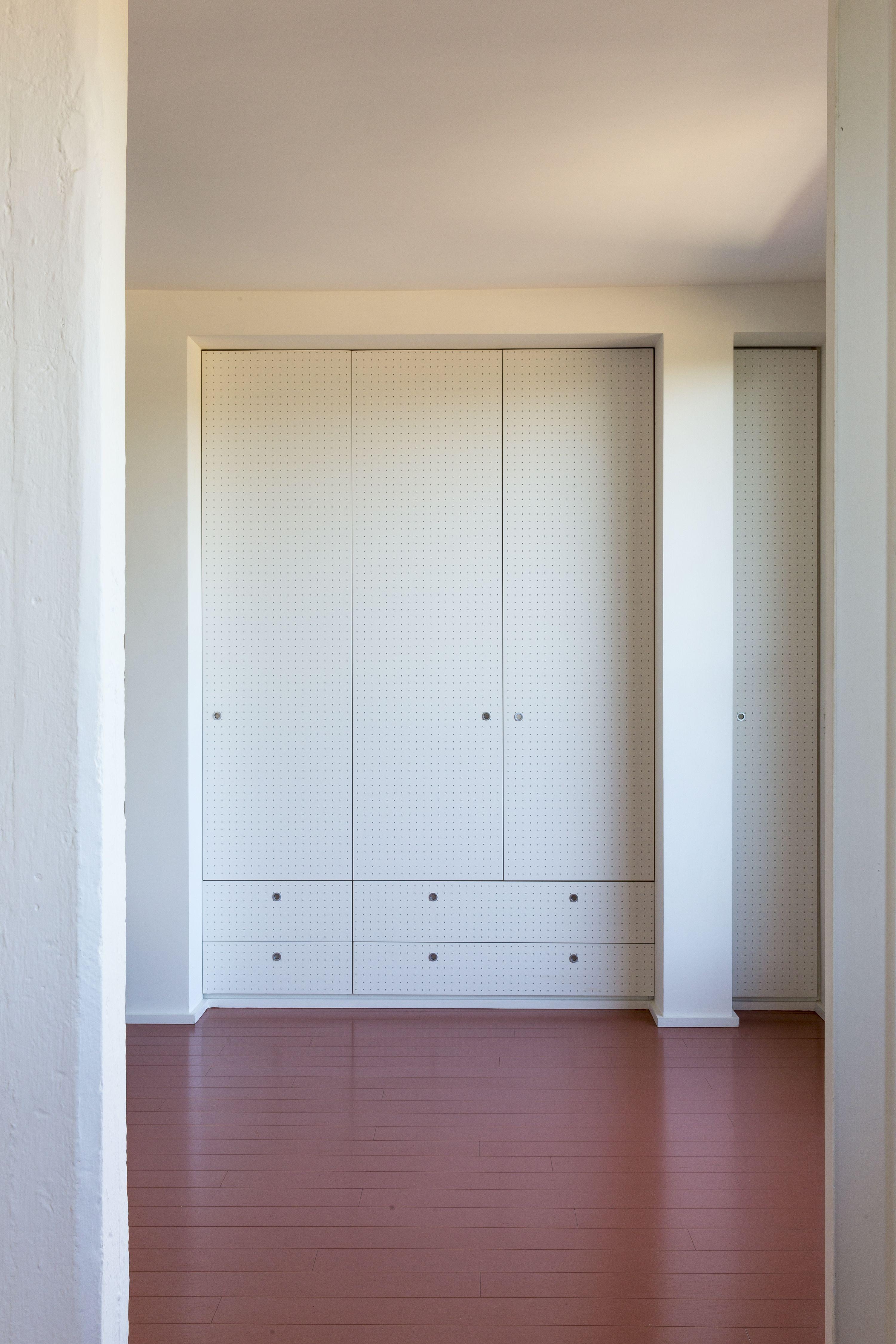 Peinture au sol couleur terracotta dans cet appartement italien