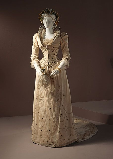 1891 Wedding dress, Louisville, KY via LACMA | Robes anciennes ...