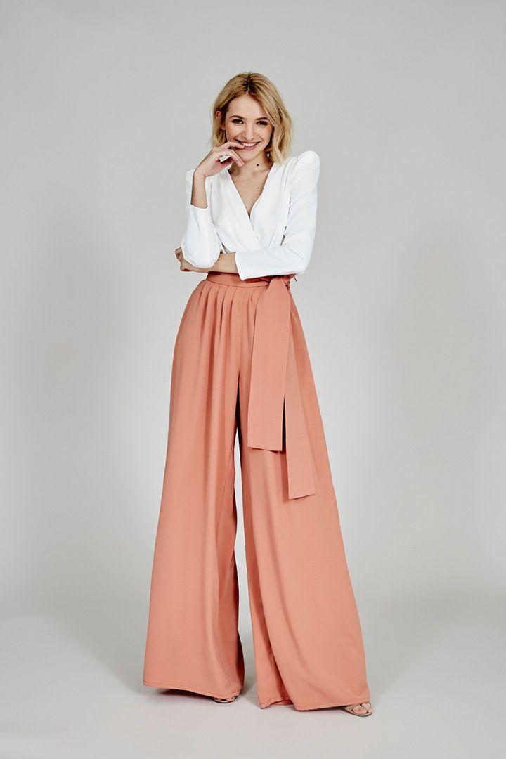 20 Pantalones Para Invitadas Diferentes Stylelovely Pantalon De Tela Mujer Pantalones Anchos De Vestir Pantalones De Moda Mujer