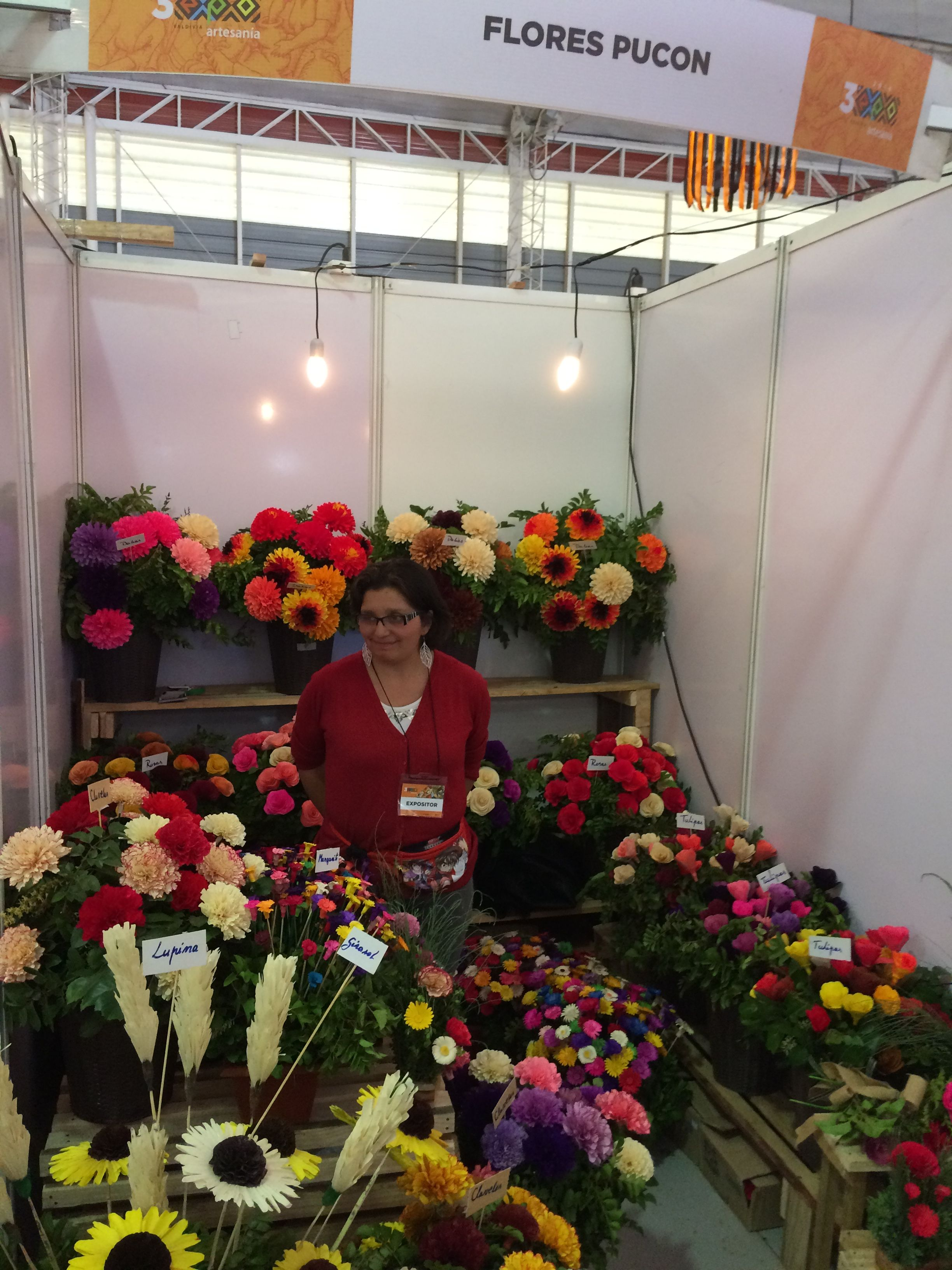 Flores Pucón en 3ra Expo Artesanía de Valdivia. Trabajos en madera, con finos acabados.