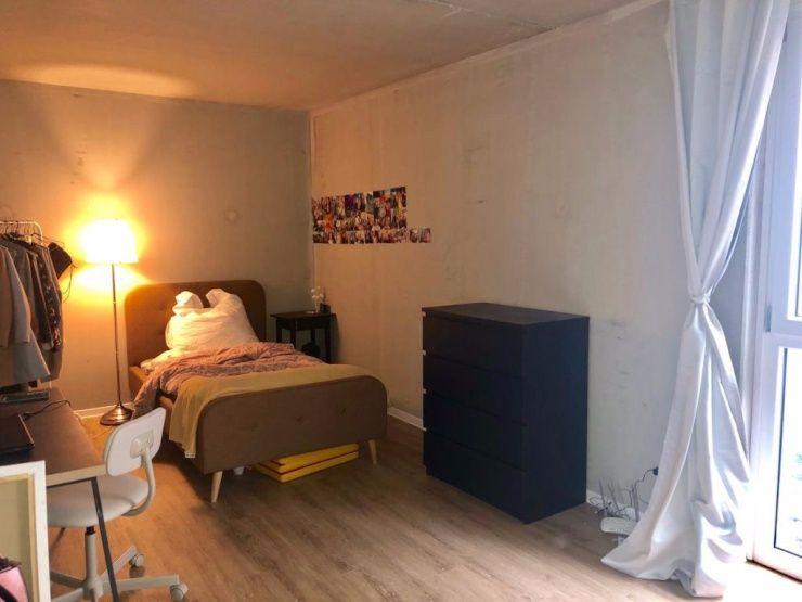 Das Zimmer Ist Mit 17 Qm Das Grosste Der Wg Es Hat Bodentiefe Fenster Und Eine Separate Regelung Der Fussbodenheizung Wie In Jedem Z Wg Zimmer Haus Deko Zimmer