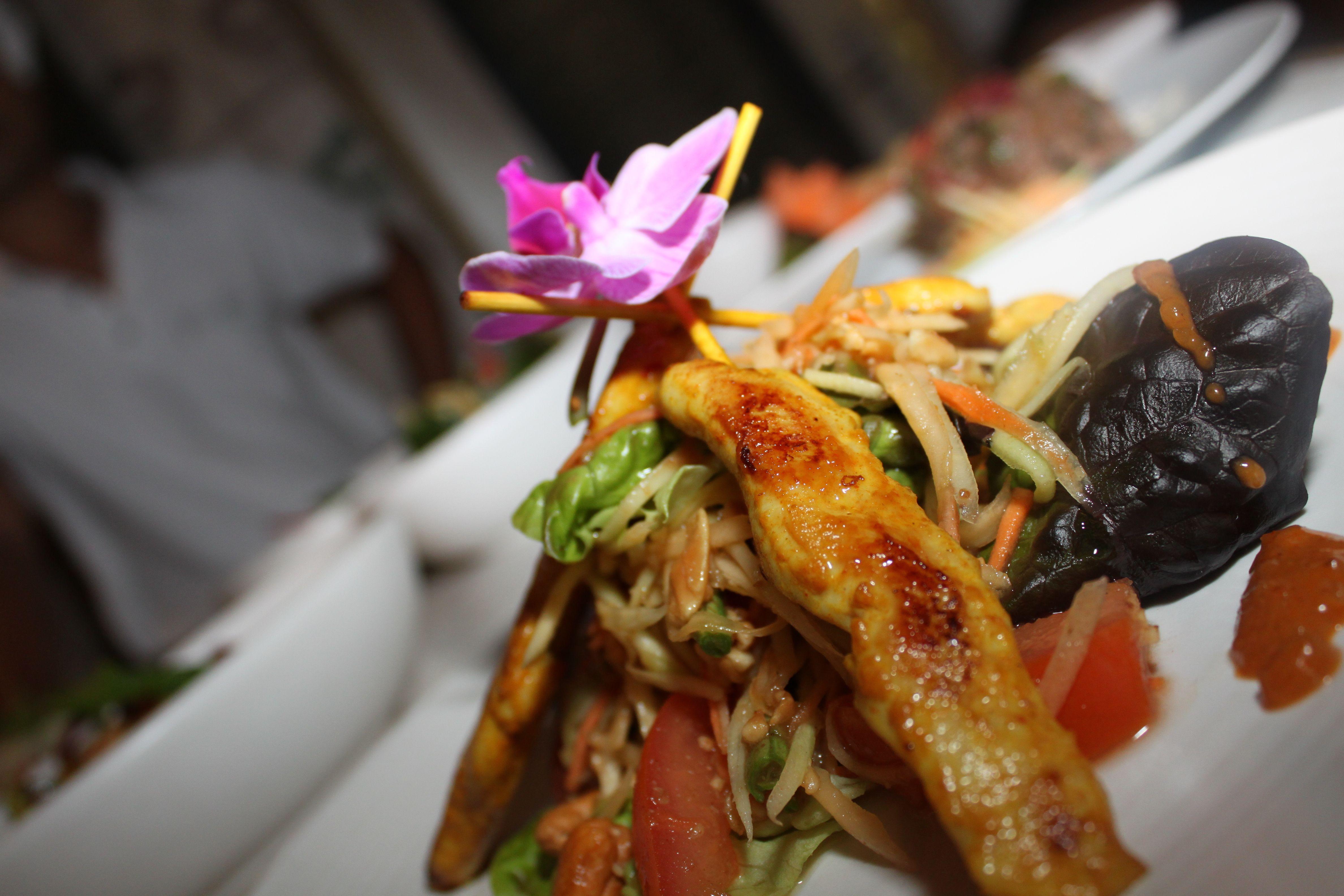 Würziger PapayaSalat mit grillierten PouletSpiesschen