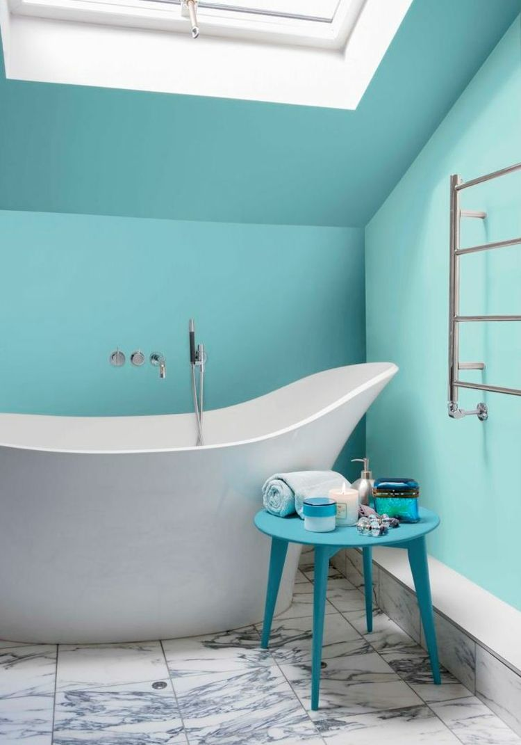 Badezimmer Streichen Tuerkis Hellblau Wand Dachfenster Badewanne