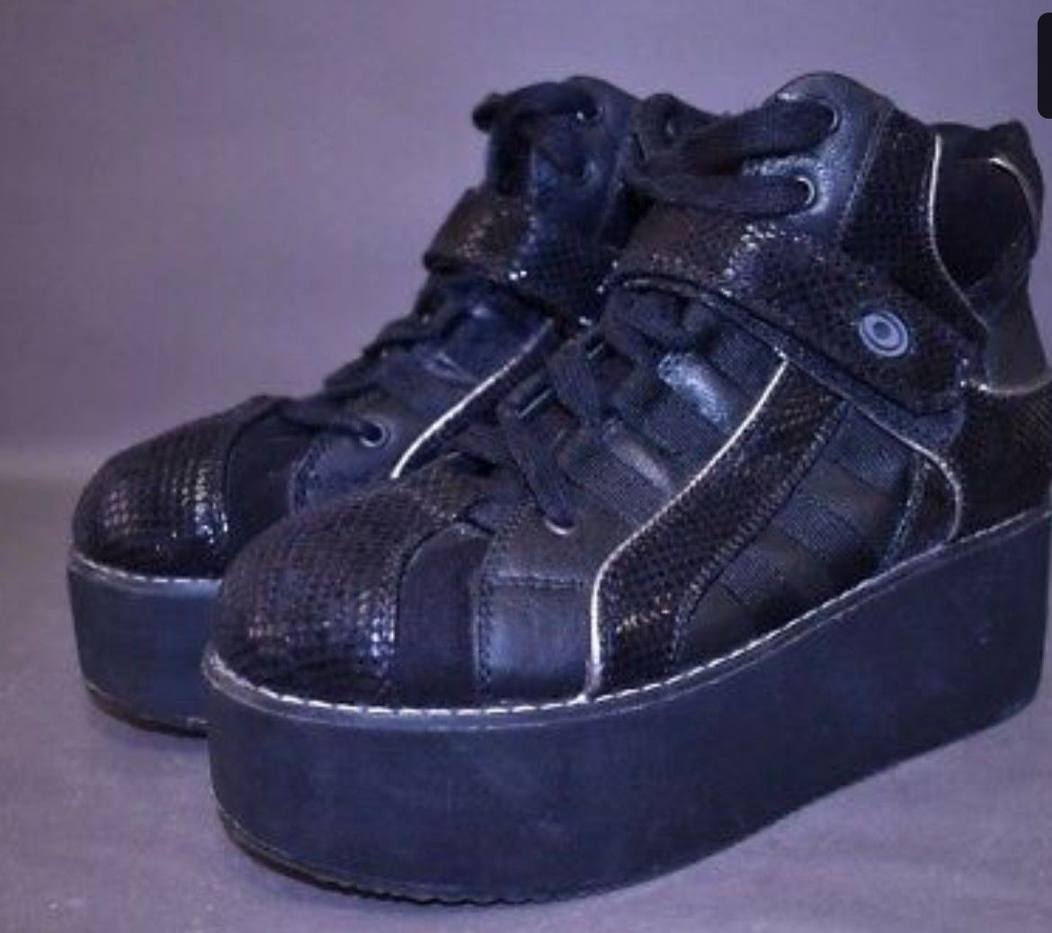 dbdd7fa2467 Pin by Vanessa Voytkovskya on Funky awesome 90s and early 00 shoes ...