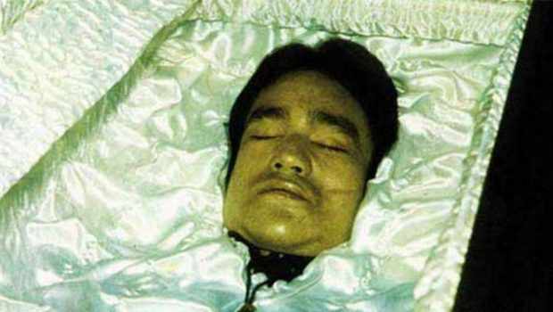 Bruce Lee morì nel sonno per una reazione allergica a un farmaco analgesico. Aveva 32 anni.