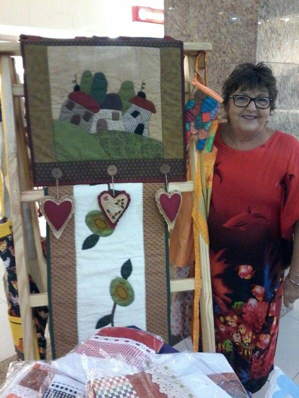 Olha ela aí expondo os trabalhos maravilhosos em patchwork !