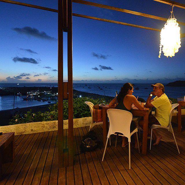Com o cair da noite o Restaurante Mergulhão em Fernando de Noronha - PE - Brasil torna-se mais romântico e aconchegante os lustres artesanais de escama de peixe e a iluminação com velas nas mesas faz toda a diferença. Eu contei tudo aqui: http://bit.ly/megulhao  @mergulhaogastronomia @noronhaeuamoeucuido_ @noronhalovers @amonoronha @curtanoronha @noronha_oficial @lovenoronha #eupensocomida #mergulhaogastronomia #MergulhaoNoronha #mergulhao