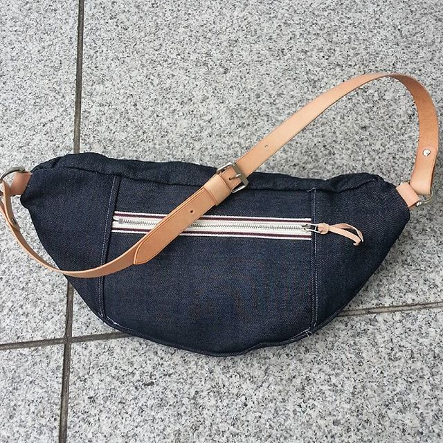 unblown leather craft 셀비지 데님과 가죽으로 만든 가방입니다. #unblown #leathercraft #handmade #handcraft #japanmade #japan #tokyo #レザークラフト #革工芸 #革小物 #皮革 #가죽공예 #레더굿즈 #핸드메이드 #언블런 #셀비지 #데님 #デニム #Denim #selvedge by yunblown