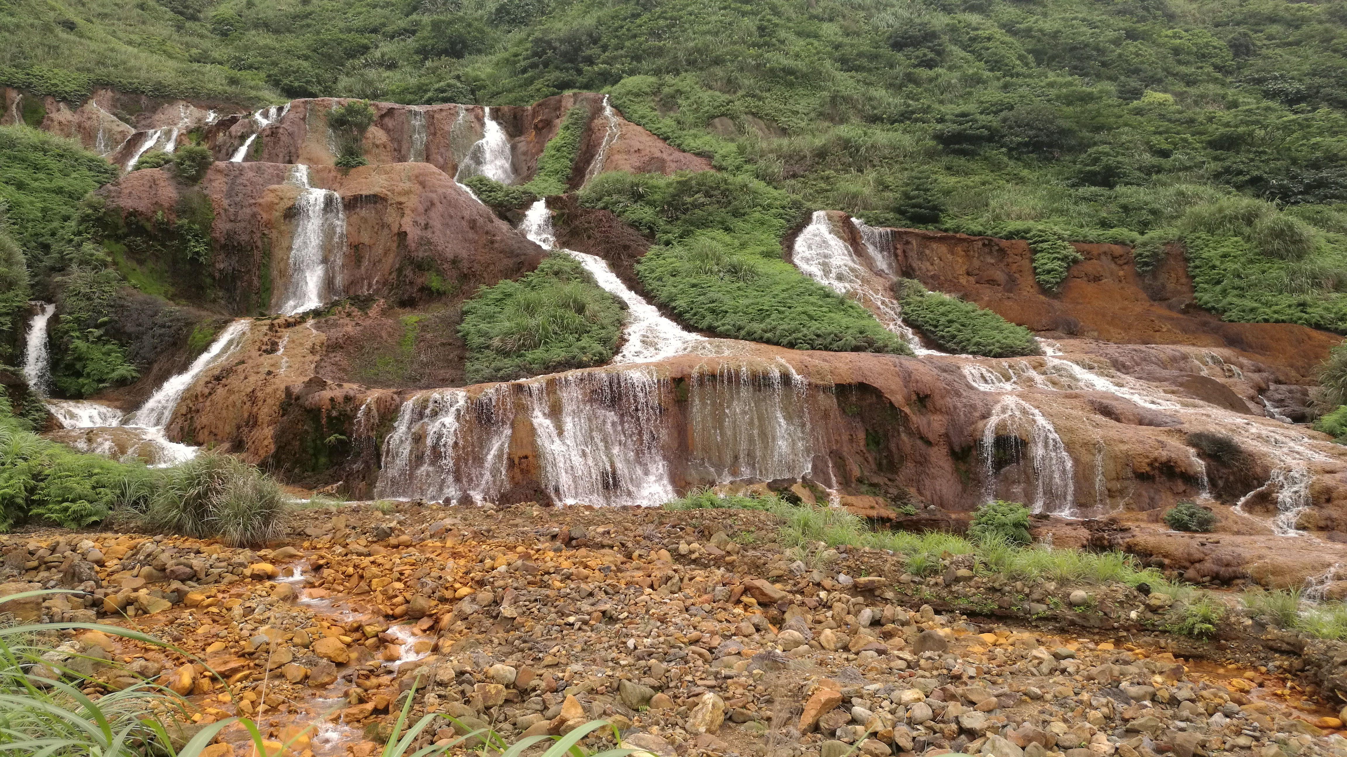 Cascada dorada cerca de Jioufen