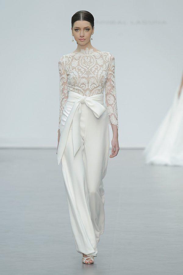 44cbb2c86 Elegante conjunto de pantalón y blusa para novia de Hannibal Laguna –  Tendencias de Bodas Magazine  vestidodenovia  weddingdress   tendenciasdebodas