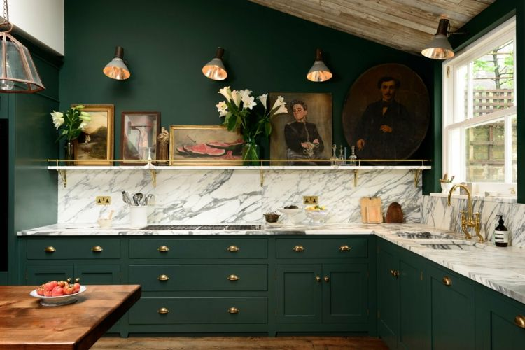 dunkle wandfarbe küche-grün-schränke-dachschräge-marmor ...