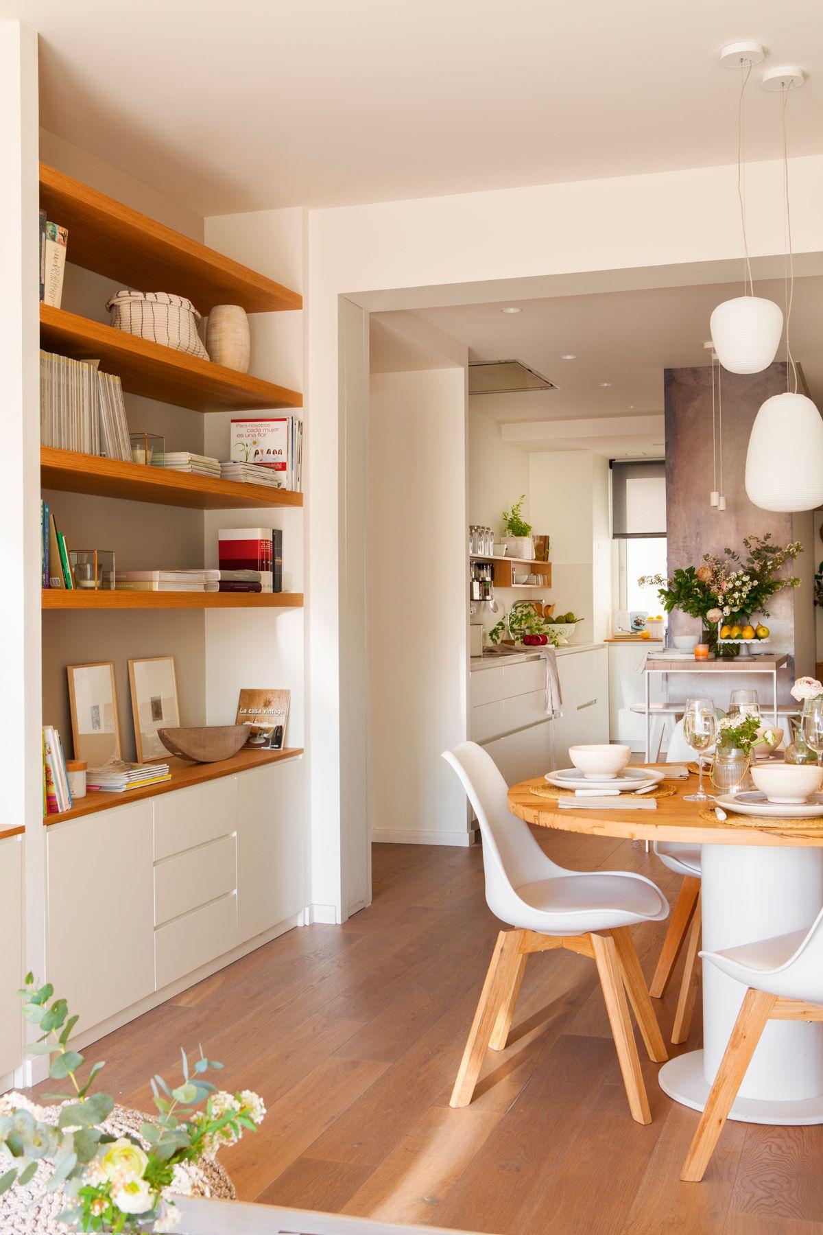 Comedor con librer a a medida mesa redonda y al fondo for Librerias para salones modernos