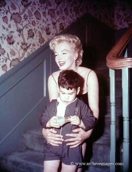 Milton Greene, Marilyn Monroe, Beverly Glen party sitting