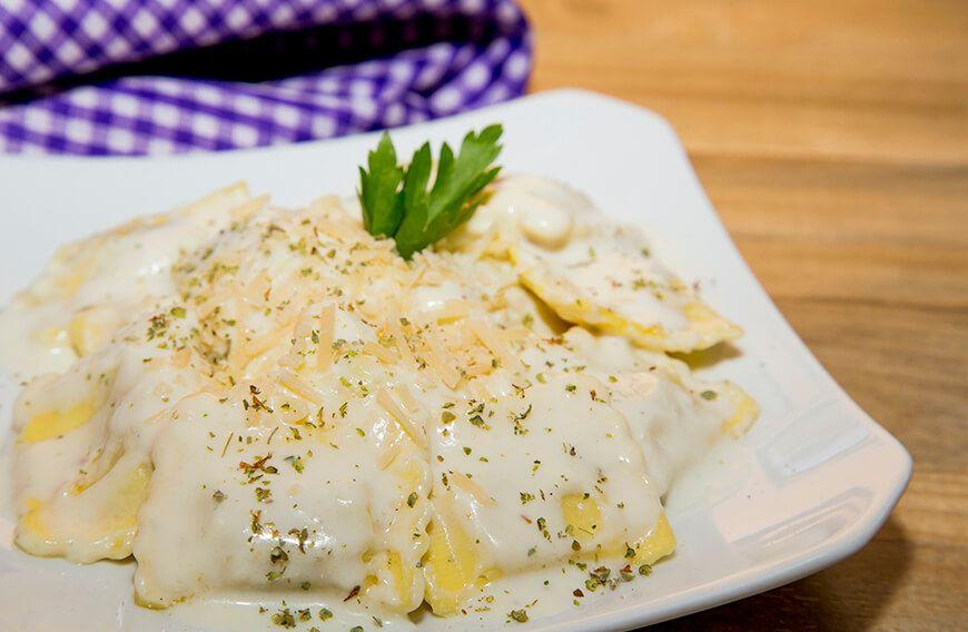Receta Para Preparar Ravioles Con Salsa De 3 Quesos Ravioles Receta Recetas De Pastas Ravioles