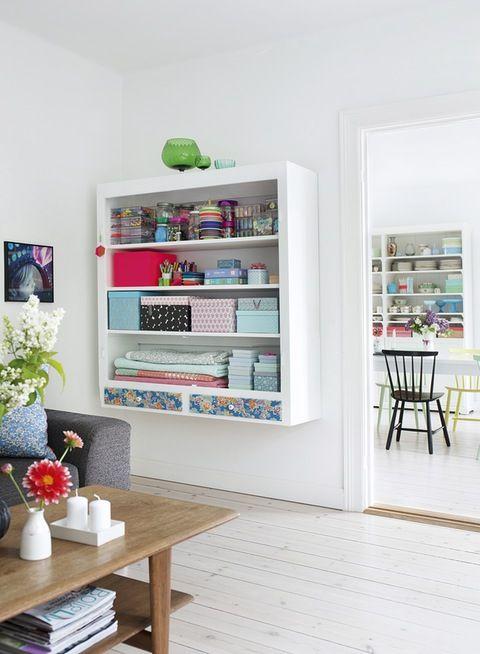 mooie hangende boekenkast en pastel tinten
