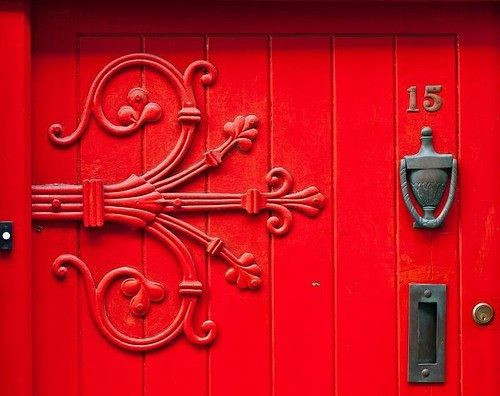 red door...Woooow what a hinge!!! assume there\'s another one like ...
