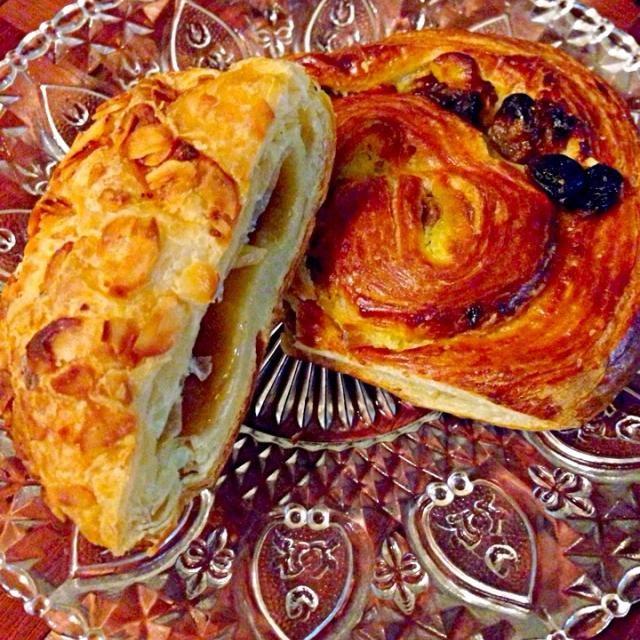 今川焼き屋さんがパンも始めたらしい❗レベルにびっくりなデニッシュお味見にいただきました バターキャラメルクリームたっぷりカロリーやばそうだけどめっちゃ美味しかった夜中に味見で一口、朝ごはんw  パリで食べたパンオレザンは今でも忘れられない - 40件のもぐもぐ - Pain Aux RAisins&Danish☕デニッシュ&パンオレザン by Ami