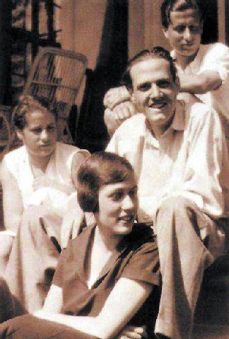 Freya von Moltke (vorn) mit ihrem Mann, Widerstandskämpfer Helmuth James Graf von Moltke und Freunden.