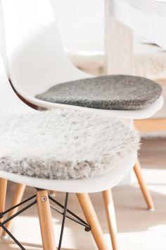 Du bist auf der Suche nach einer individuellen Sitzauflage für deinen geliebten Eames Chair? Dieses Kissen aus weichem Kunstfell wird extra