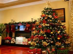classic christmas tree decorating ideas with yellow wall - Classic Christmas Tree Decorations