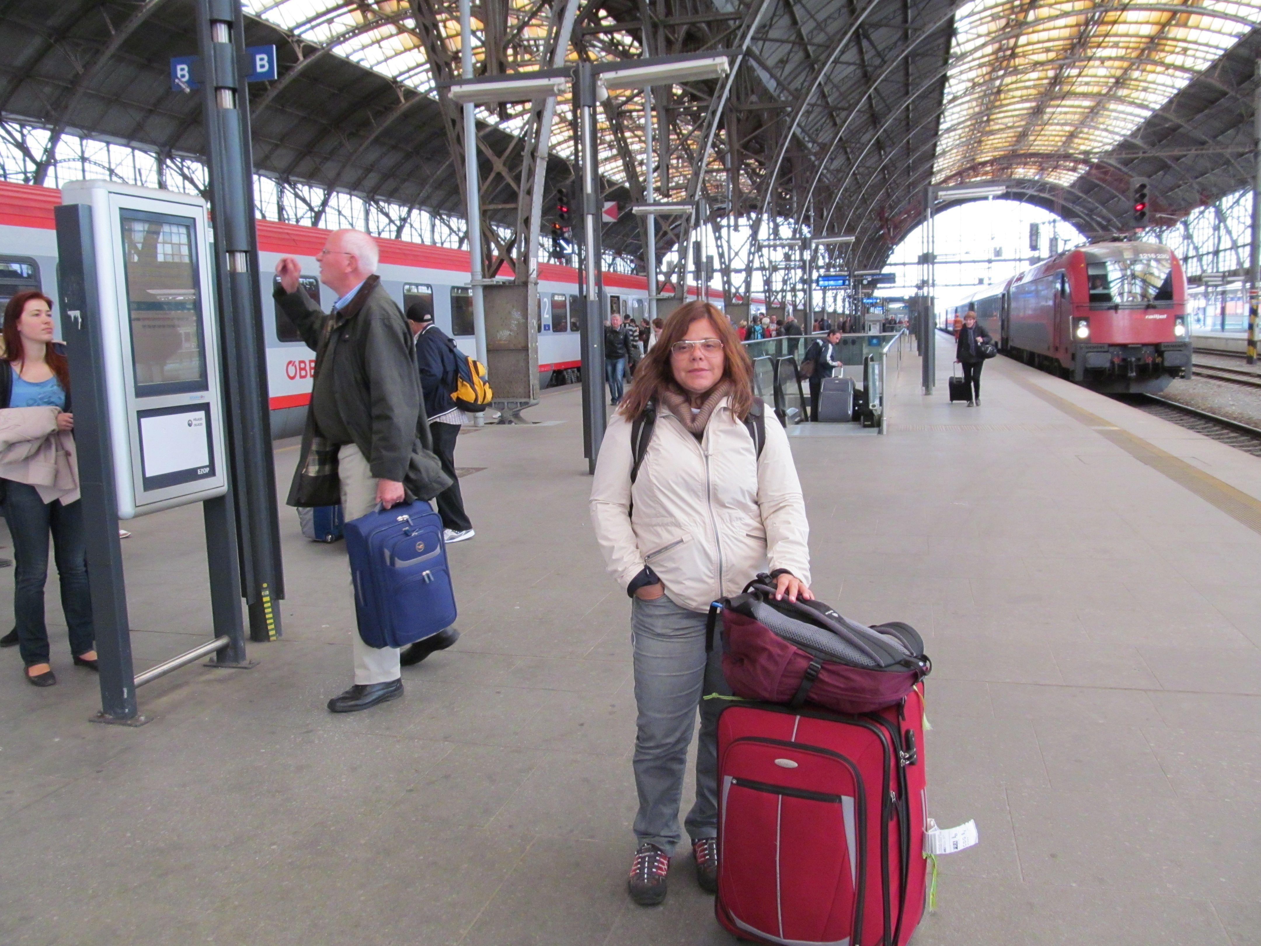 Chegando na estação de trem em Praga.Capital da República Tcheca. Situada as margens do Rio Vltava. É um dos mais belos e antigos centros urbanos da Europa.