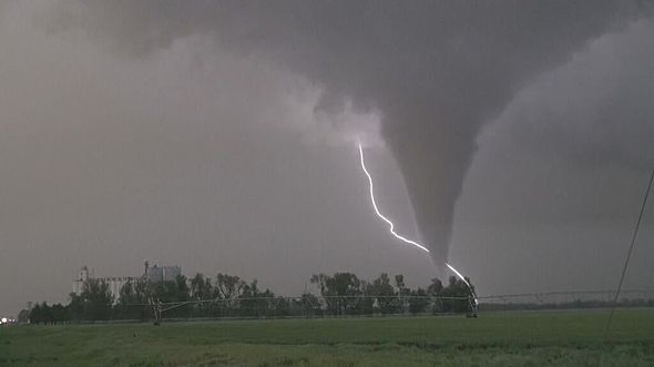 Photos Massive Tornadoes Lash The Plains Weather Cloud