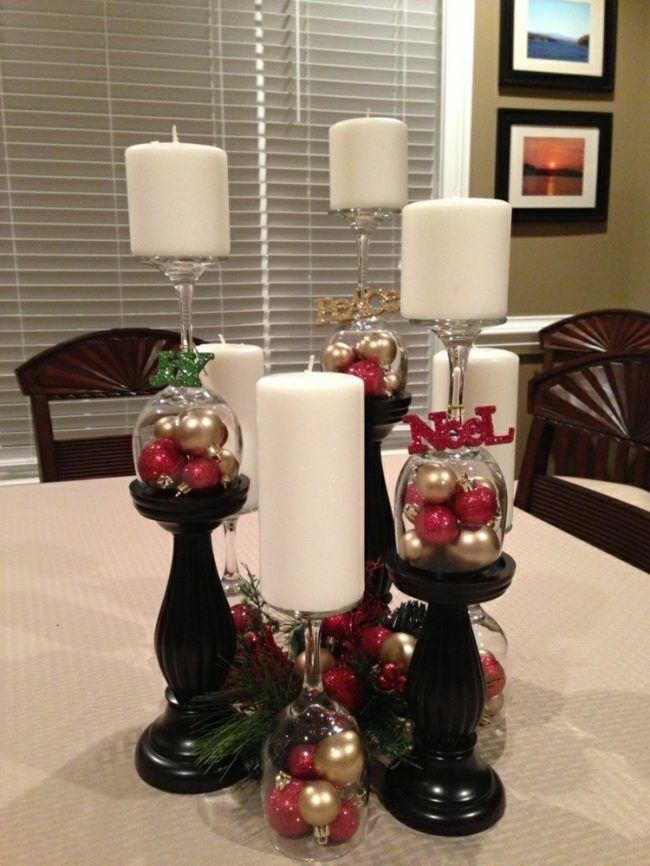 Weihnachtsdeko mit Weingläsern - 23 originelle Bastelideen #weihnachtsdekoimglasmitkugeln weihnachtsdeko mit weingläsern kerzenstaender idee elegant kugeln rot gold #weihnachtsdekoimglasmitkugeln