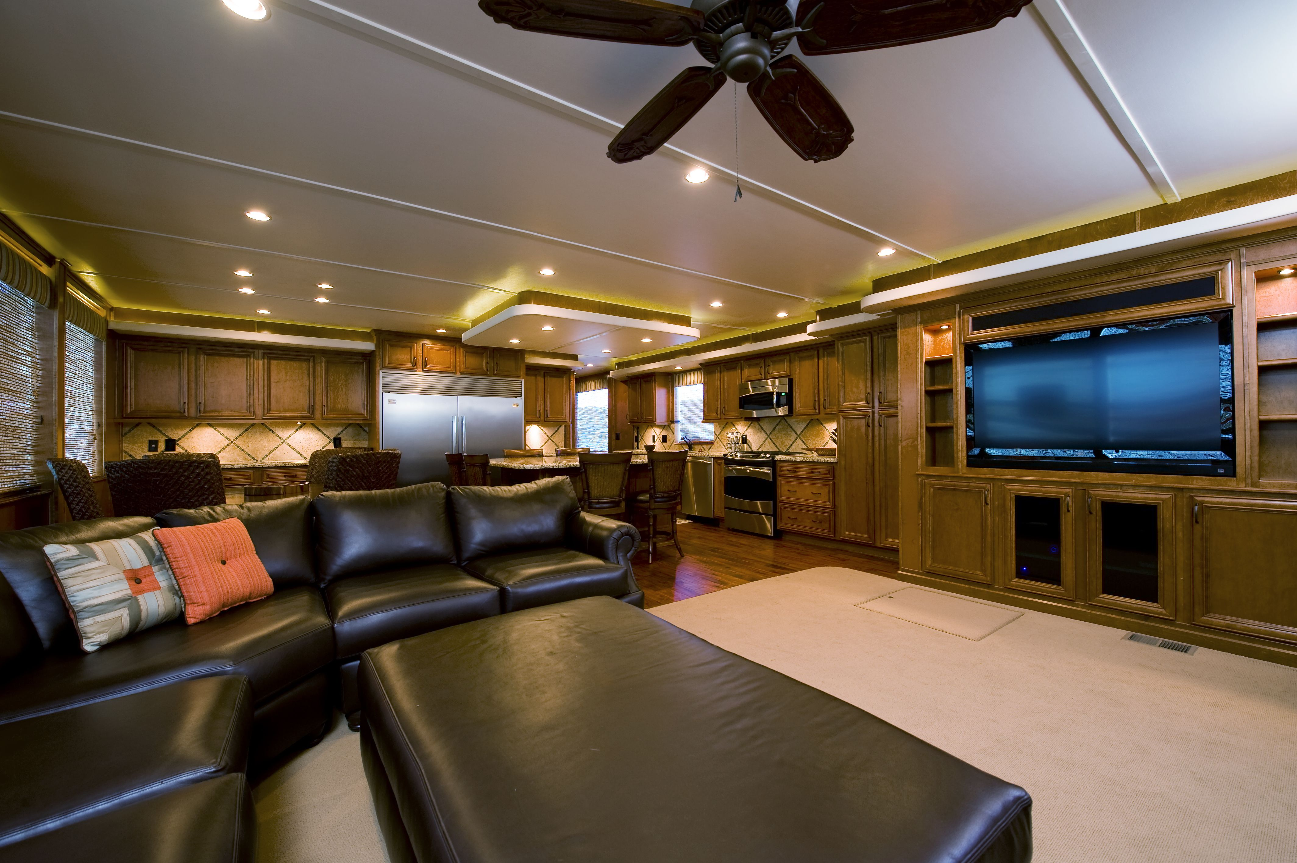 Salon of bravada yachts gt2275 houseboat interiors for 01 bedroom ac deluxe houseboat