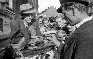 Drehorgelspieler am Fischmarkt, 1935 Foto Germin