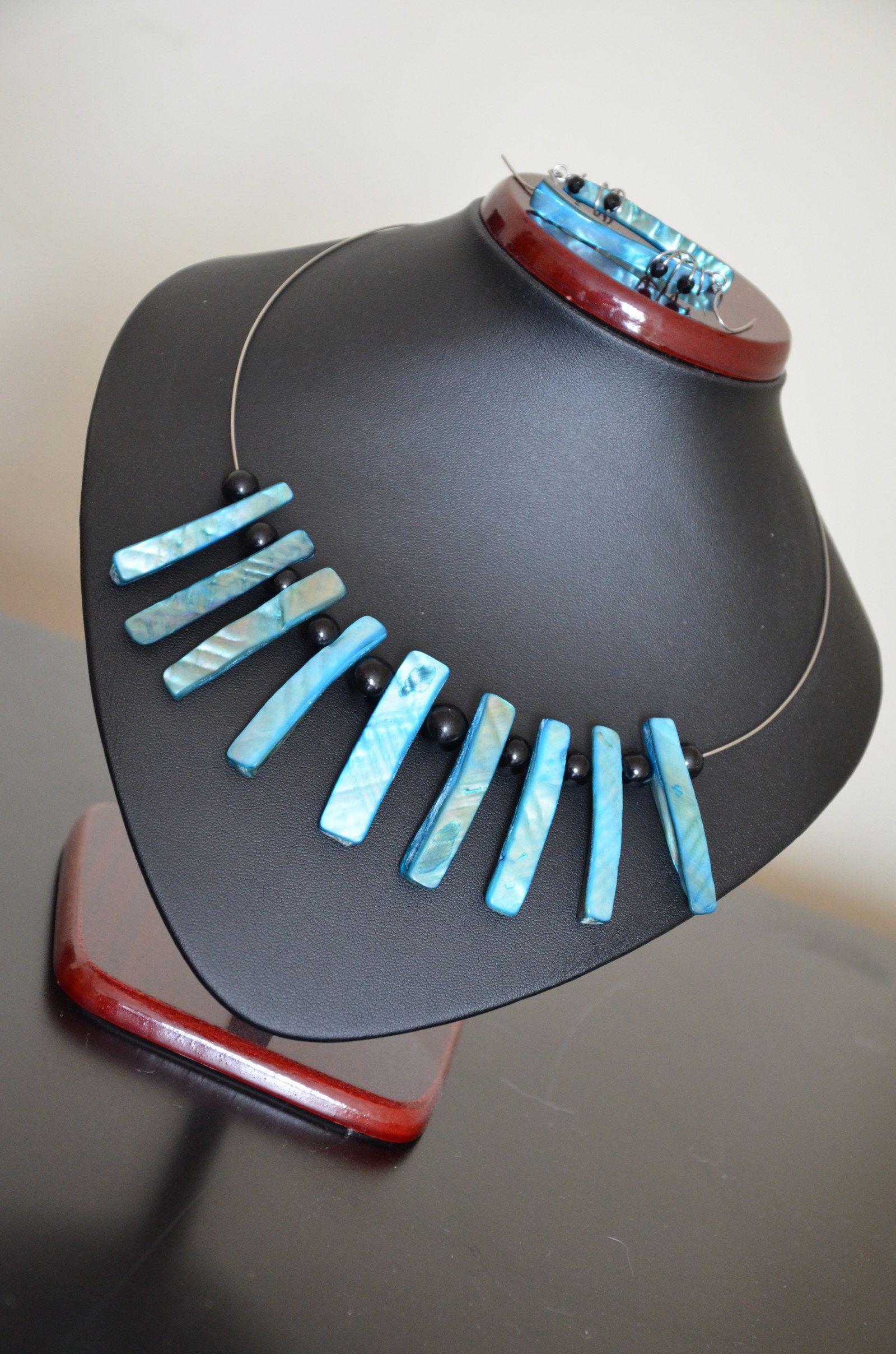 Barevná sada z perleti Extravagantnía zároveň elegantní sada z perleti. Náušnice jsou lehoučké. Komponenty ze zdravotně nezávadné nerez a chirurgické oceli. Stačí si vybrat barvu.