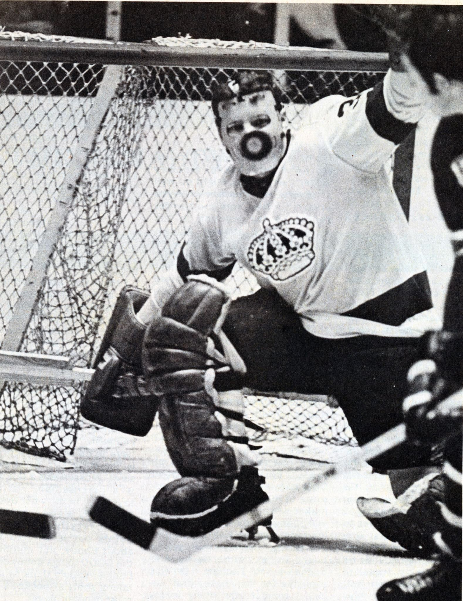 Why Goalies Where Masks Gerry Desjardins With The L A Kings Hockey Goalie Goalie Hockey