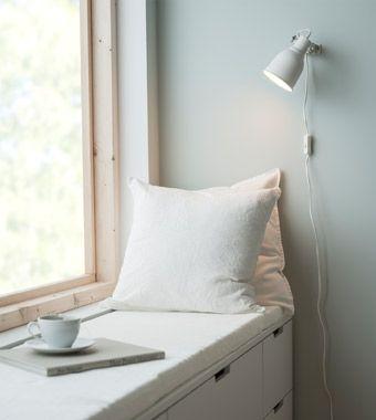 Sitzplatz am Fenster in einem Schlafzimmer, u. a. mit HEKTAR Wand-/Klemmspot in Weiss