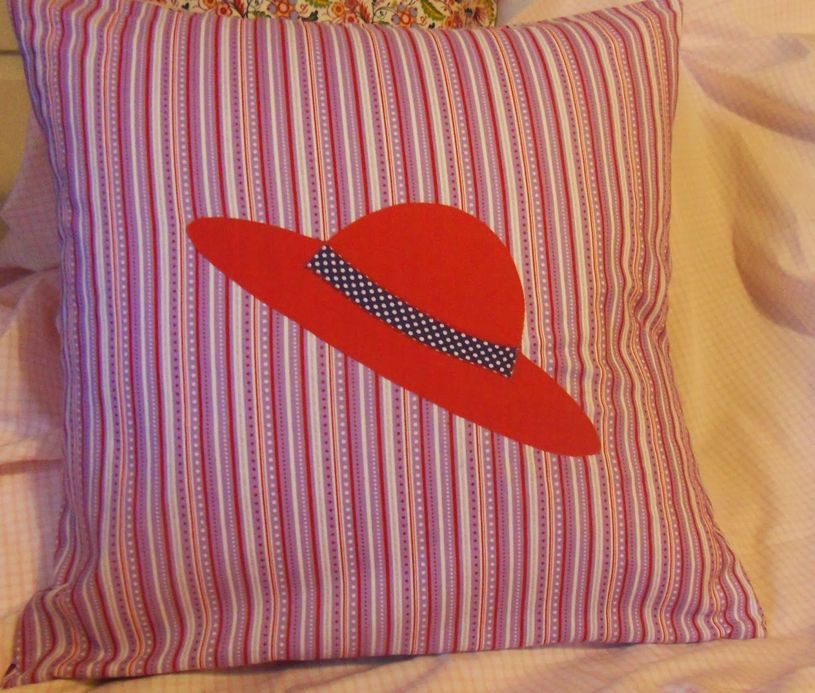 Kissen passend zum rote Hüte Thema/ Cushion for a Red Hat Lady ...